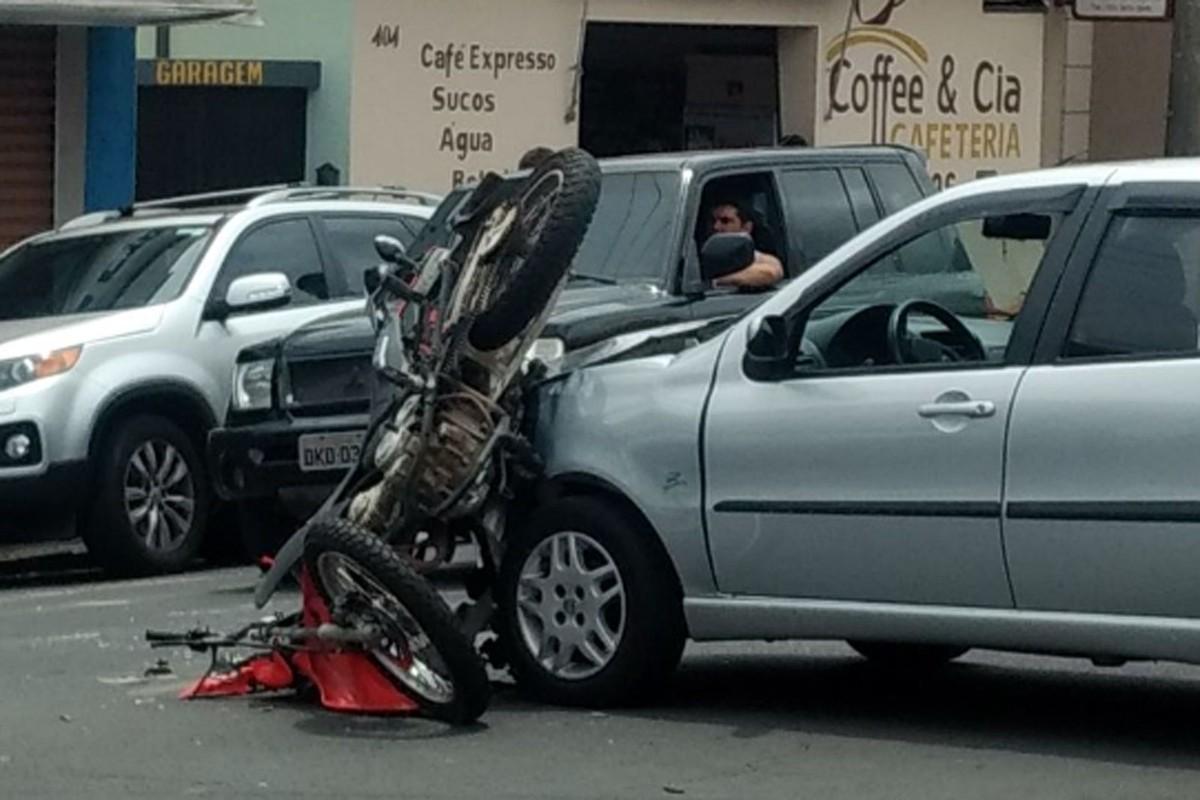 Colisão entre moto e carro deixa motociclista ferido em cruzamento de Itapira