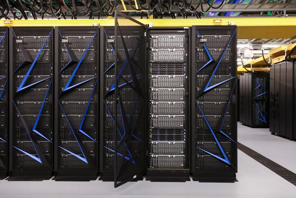 Supercomputador da IBM ocupa espaço equivalente a duas quadras de tênis (Foto: Divulgação/Oak Ridge National Laboratory)