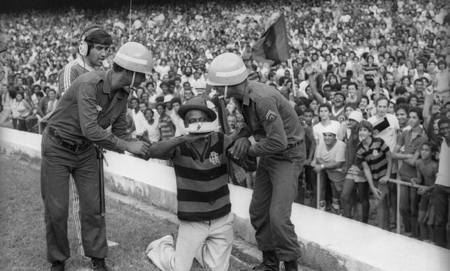 Policiais tentam tirar torcedor que invadiu o gramado do Maracanã, durante a final