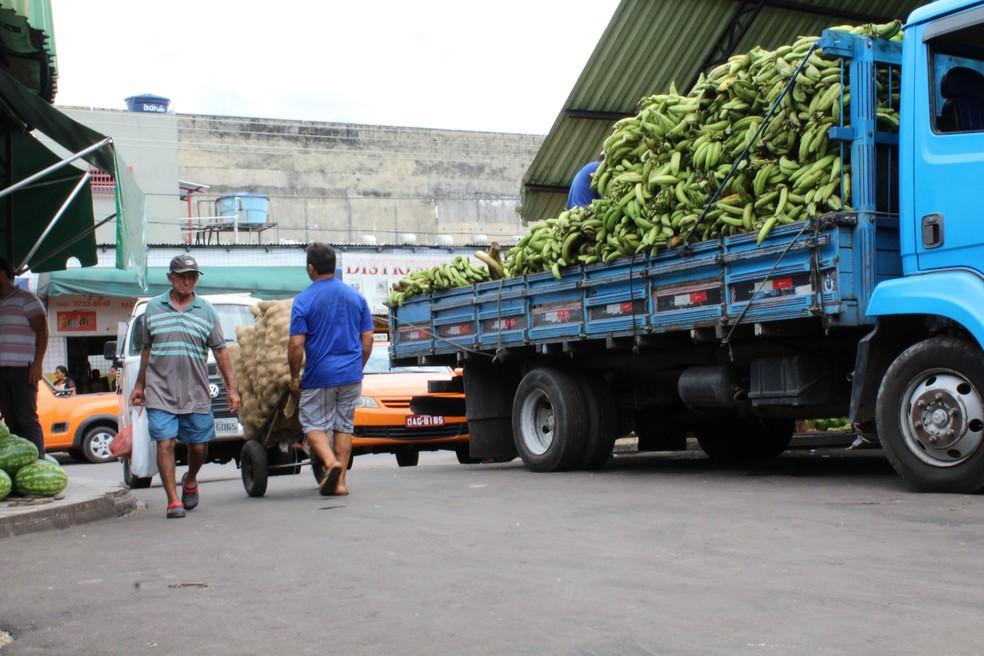 Produtos chegam em caminhões e barcos e são descarregados nas feiras do centro que abastecem todas as zonas de Manaus  (Foto: Leandro Tapajós/G1 AM)