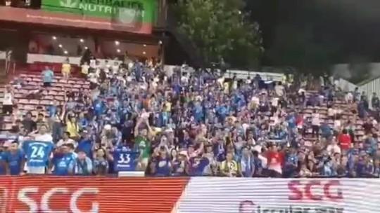 Vídeo: Zagueiro Júnior Lopes faz gol de cabeça e torcida do Chonburi, da Tailândia, emociona jogador ao cantar parabéns