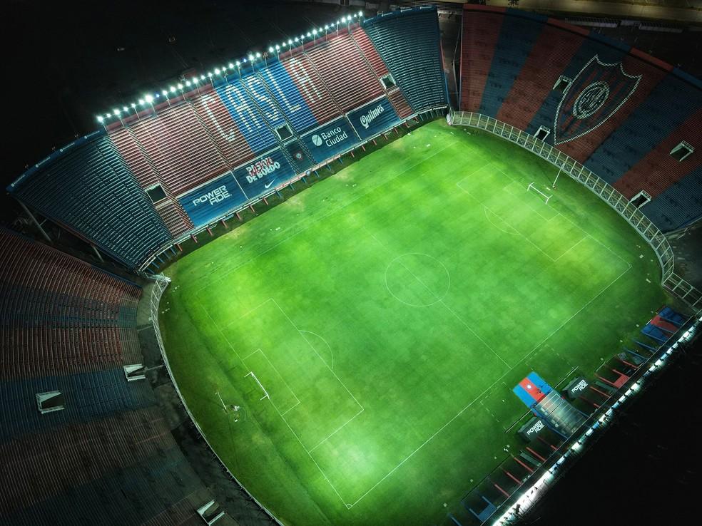 Luzes do estádio do San Lorenzo foram acesas exatamente às 10 horas da noite em homenagem a Diego Maradona — Foto: Reprodução / Twitter
