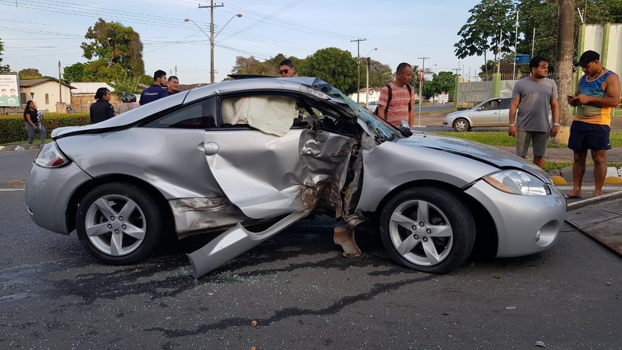 Motorista perde controle, atravessa canteiro de avenida e derruba árvore em Boa Vista - Notícias - Plantão Diário