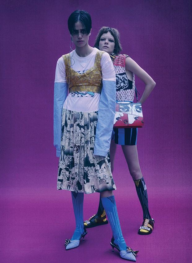 À esquerda, sapatos,  R$ 3.190, vestido, meias, tudo Prada. Brincos, R$ 135, Filipe Freire. À direita, camisa, short, cinto, bolsa, R$ 10.050, meias, e sandálias,  R$ 3.400, tudo Prada (Foto: .)