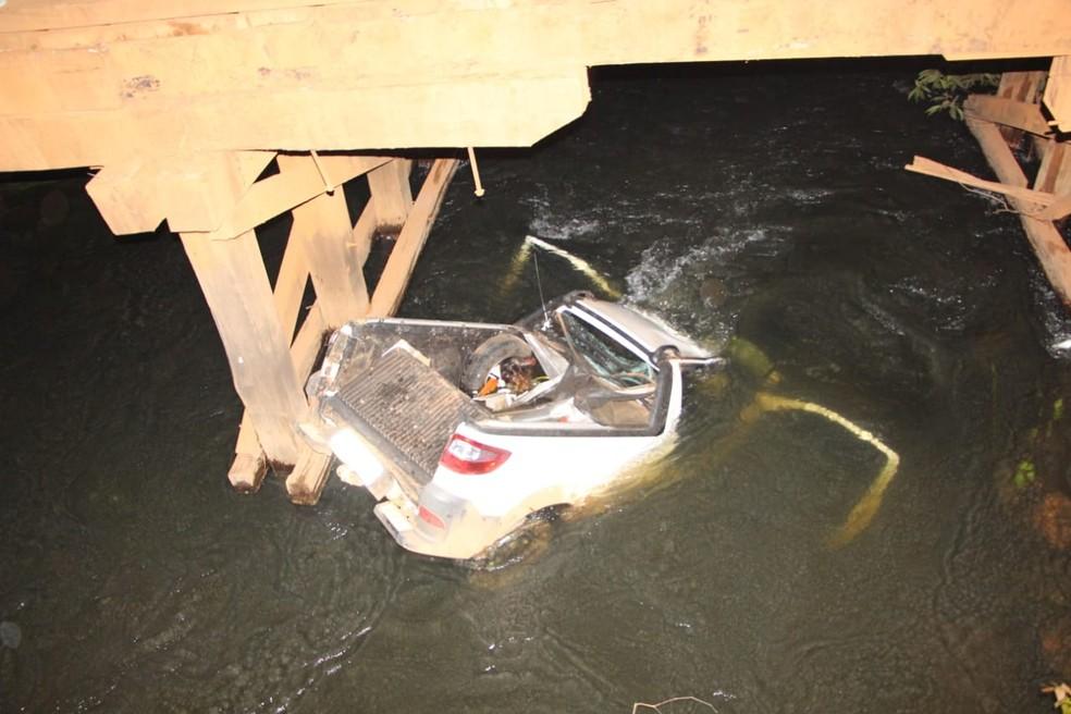 Carro do estudante ficou parcialmente submerso ao cair no rio em MT — Foto: Corpo de Bombeiros-MT/Divulgação