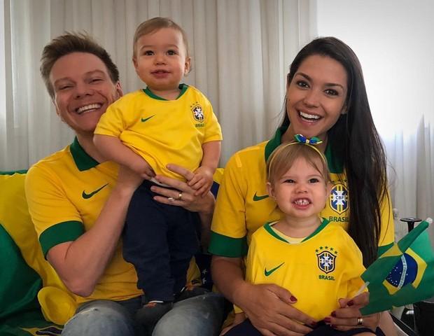Michel Teló e Thaís Fersoza com os filhos, Melinda e Teodoro (Foto: Reprodução / Instagram)