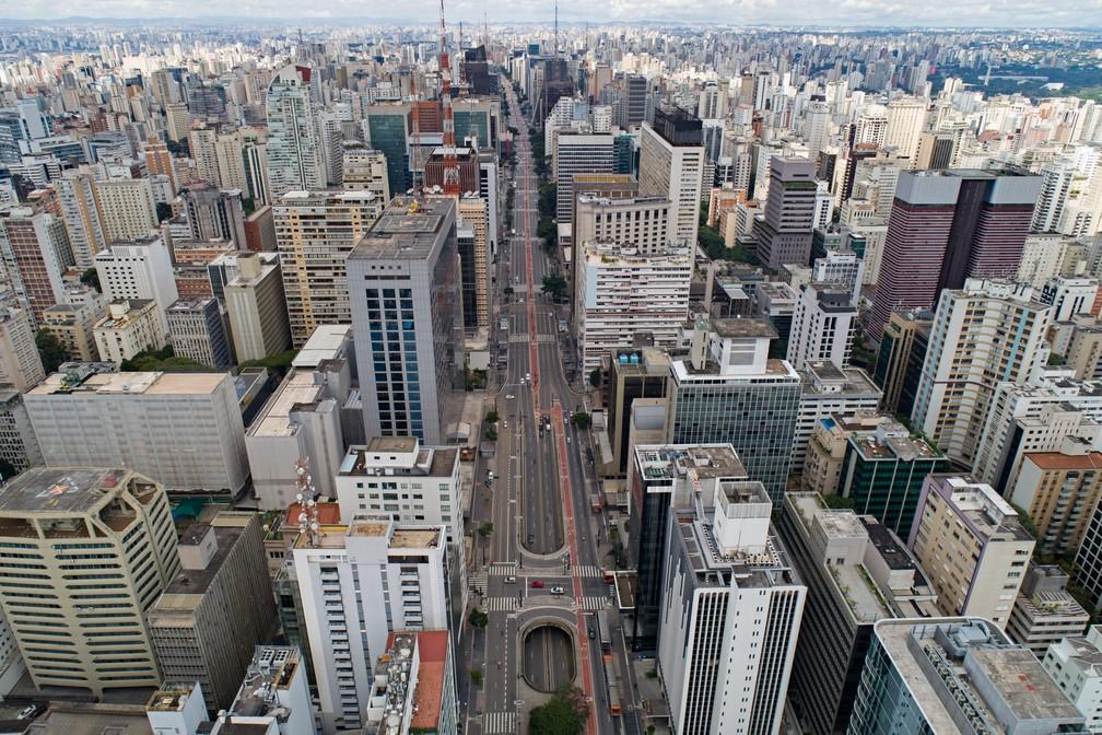 SÃO PAULO - A avenida Paulista, em São Paulo, é vista com pouco movimento na terça-feira (24) após recomendação que as pessoas fiquem em casa para evitar a propagação do novo coronavírus — Foto: André Penner/AP