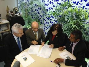 Da esquerda para a direita: deputado Arlindo Chinaglia (PT-SP), senador José Pimentel (PT-CE), secretária-geral do Senado, Cludia Lyra, e deputado Vicentinho (PT-SP) (Foto: Priscilla Mendes/G1)