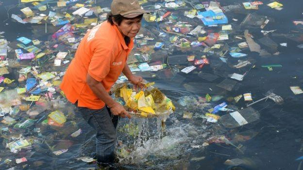 A escassez de sistemas formais de gestão de resíduos aumenta a quantidade de plástico que entra no oceano (Foto: Getty Images via BBC News Brasil)