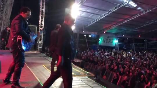Raça Negra leva nostalgia em show lotado na Festa Junina de Votorantim