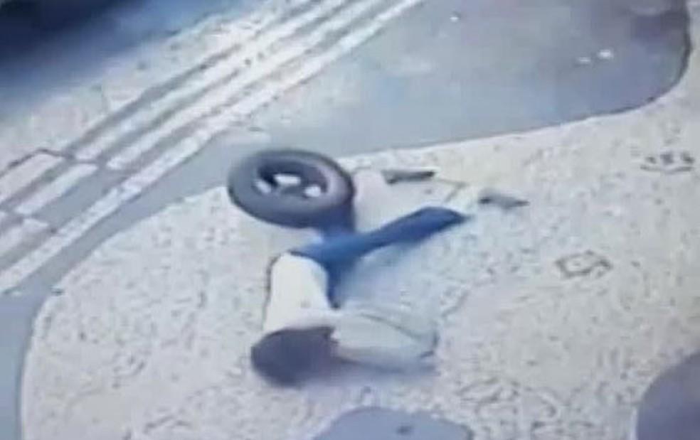 Pneu atinge a cabeça da mulher que caminhava pela calçada da Rua Barata Ribeiro, em Copacabana, Zona Sul do Rio — Foto: Reprodução