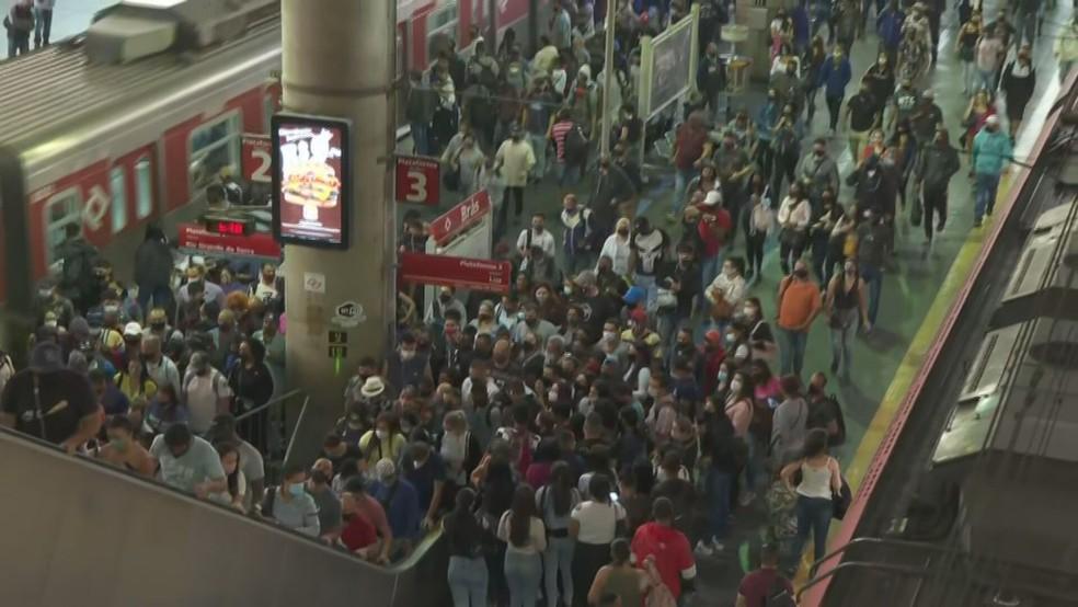 Plataformas ficam lotadas por conta de paralisação em linhas da CPTM — Foto: Reprodução/TV Globo