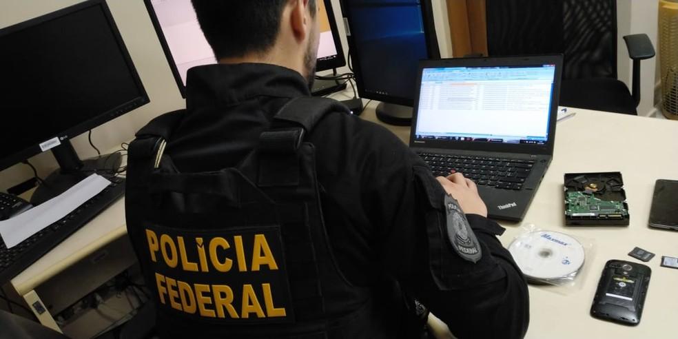 Cerca de 40 policiais federais cumprem os mandados de busca e apreensão — Foto: Polícia Federal/ Divulgação