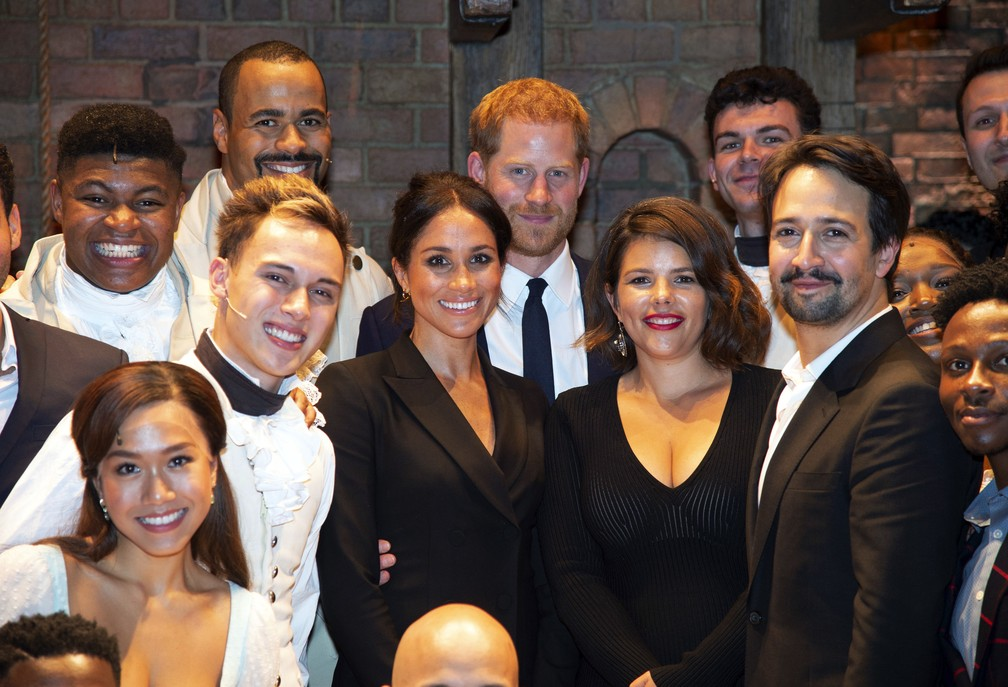 "Príncipe Harry e Meghan Markle posam com elenco de ""Hamilton"" após apresentação beneficente do musical (Foto: Dan Charity/Pool Photo via AP)"
