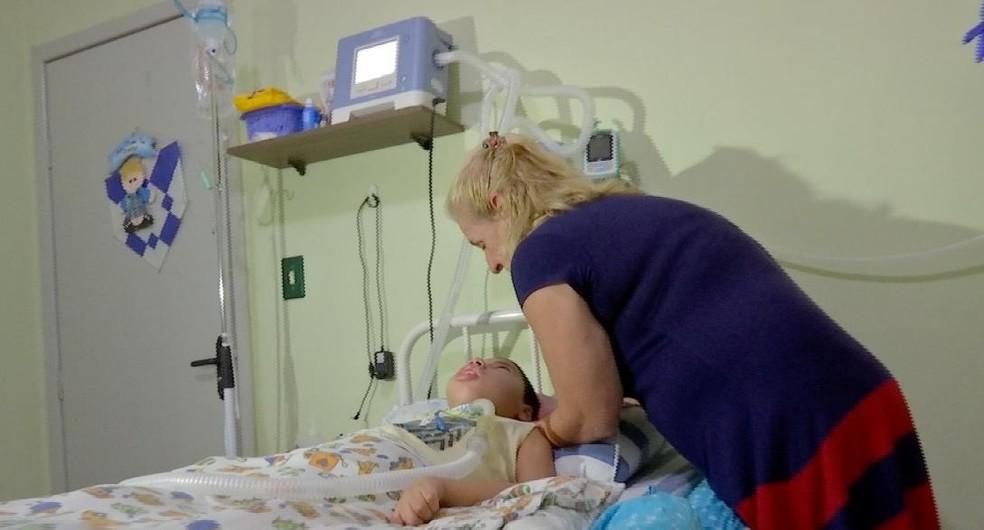 Enfermeira relatou que a convivência com o menino durante o tratamento fez com que eles criassem um vínculo de amor — Foto: TVCA/Reprodução