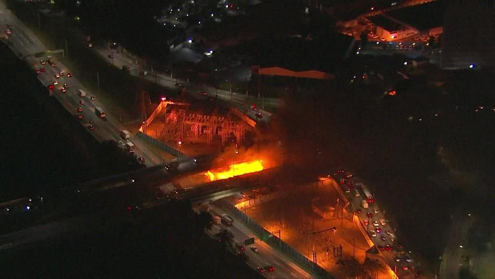 Incêndio atinge parte de baixo da Ponte Jaguaré â?? Foto: Reprodução/TV Globo