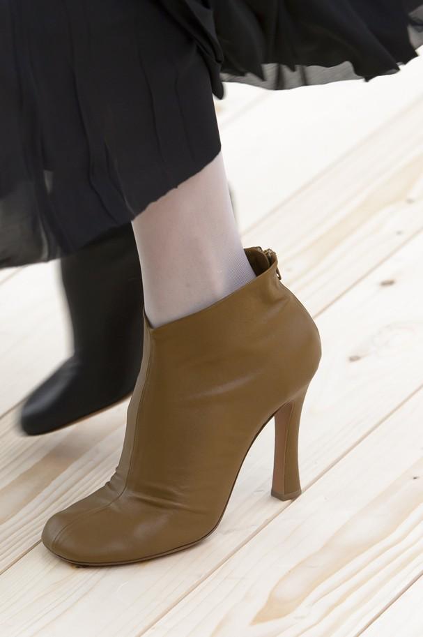 Sapatos de cores diferentes são a tendência da vez (Foto: IMaxTree)