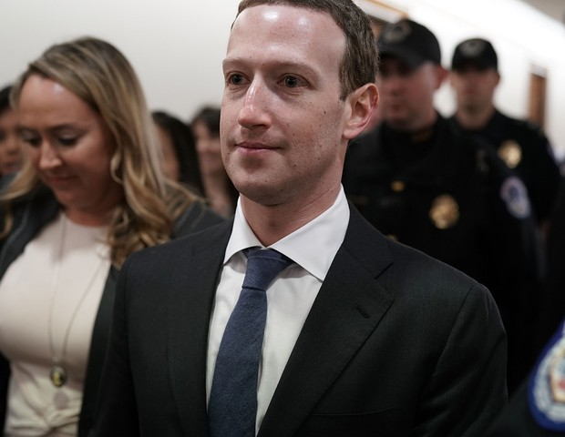 WASHINGTON, DC - APRIL 09:  Facebook CEO Mark Zuckerberg (C) is escorted by U.S. Capitol Police as he walks in a hallway prior to a meeting with U.S. Sen. John Thune (R-SD), committee chairman of Senate Committee on Commerce, Science, and Transportation,  (Foto: Getty Images)