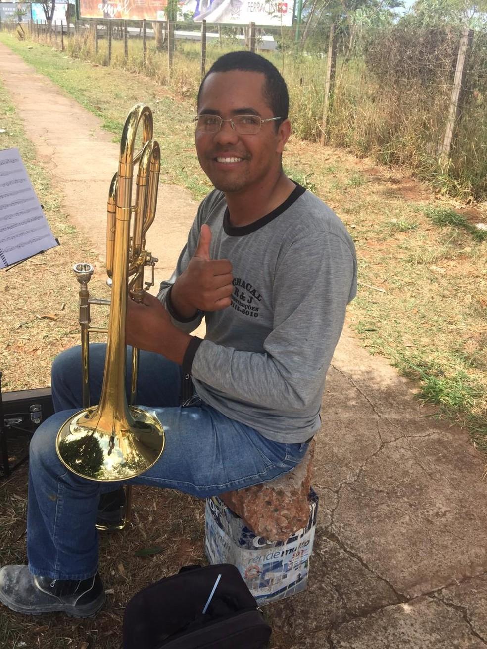Pedreiro aproveita intervalo de obra para estudar trombone, no centro de Campo Grande. — Foto: Lucas Matto