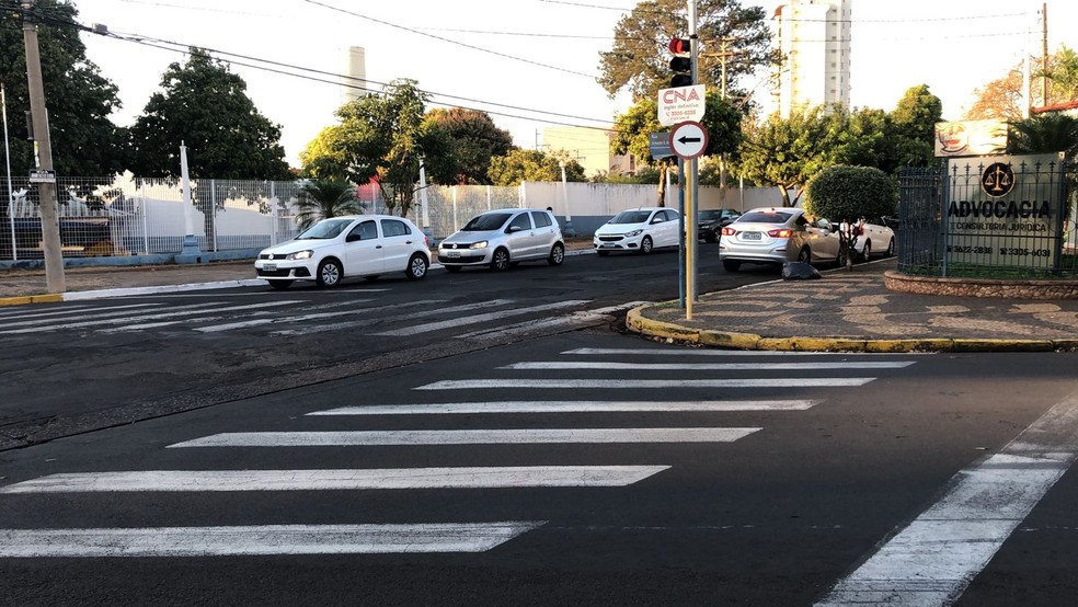 Veículos foram liberados para transitar pelas ruas do centro de Araçatuba após interdição por risco de explosão — Foto: Thais Gomes/TV TEM
