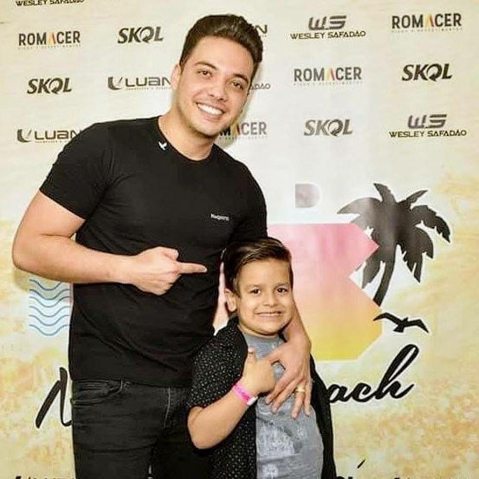 Davi com Wesley Safadão em show (Foto: Arquivo pessoal/Reprodução)