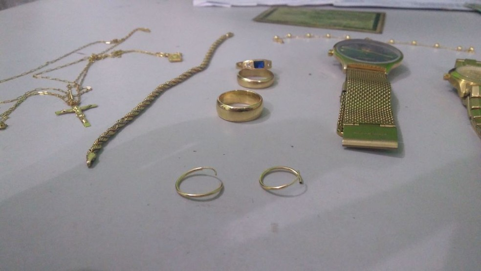 Diversos itens foram encontrados no local (Foto: Divulgação/PM)
