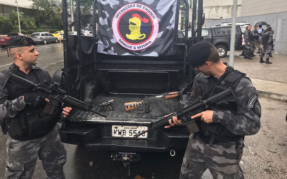 Fuzil AK-47 apreendido na Rocinha (Foto: Pedro Figueiredo / TV Globo)