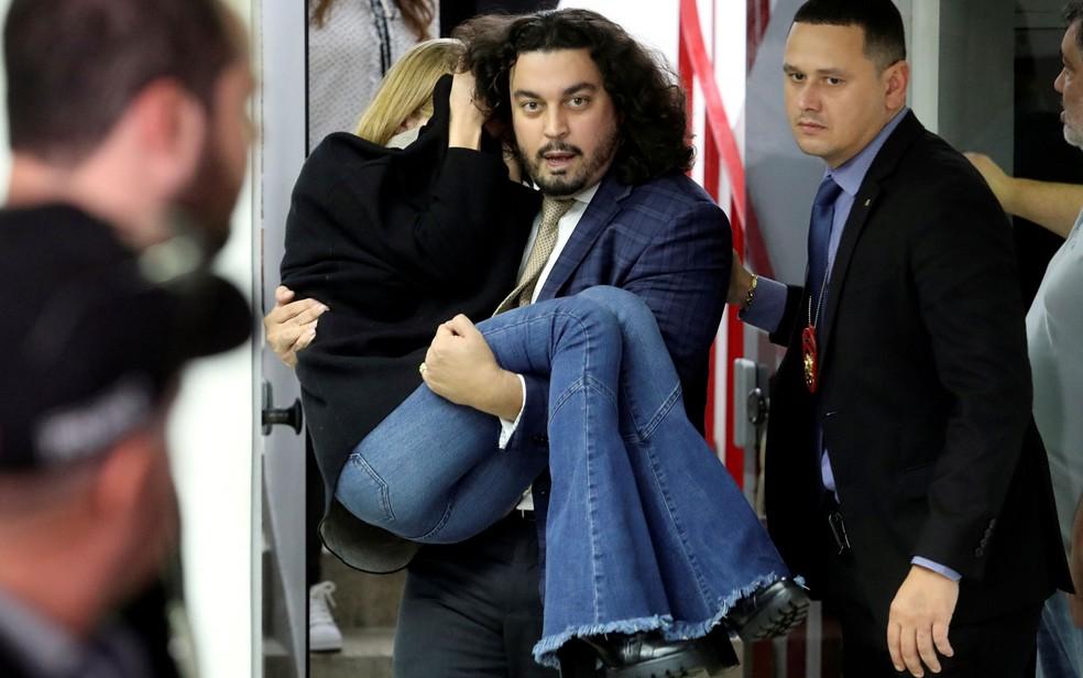Najila Trindade saiu carregada de delegacia em SP após prestar depoimento  — Foto: Amanda Perobelli/Reuters