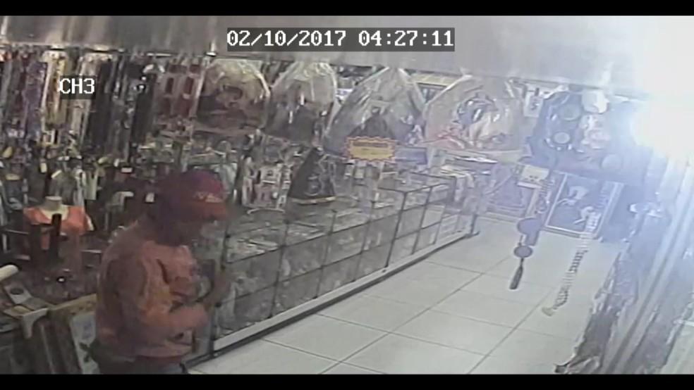 Homem se benze antes de furtar loja de artigos religiosos no Centro de Campina Grande (Foto: Reprodução/ Tv Paraíba)