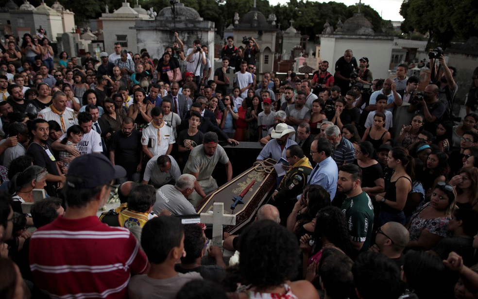 Enterro do corpo de Samuel Melchiades de Oliveira Silva, em Suzano — Foto: Ueslei Marcelino/Reuters