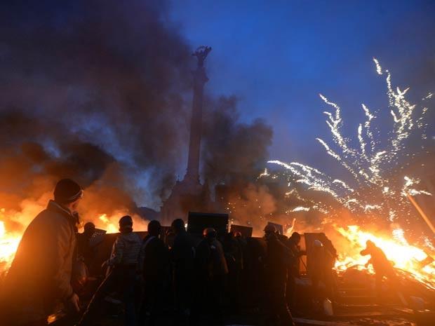 Praça da Independência foi protegida por 'barricada de fogo'. (Foto: Sergei Supinsky / AFP Photo)