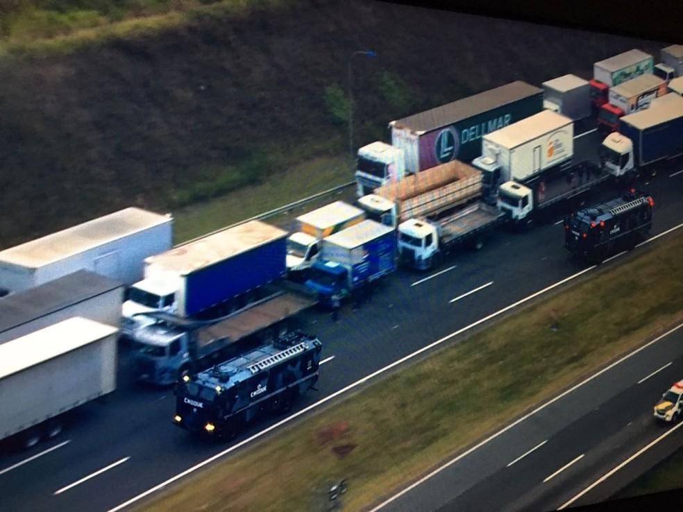 Policiais da Tropa de Choque chegam ao local de bloqueio de caminhoneiros no Rodoanel (Foto: Reprodução/TV Globo)