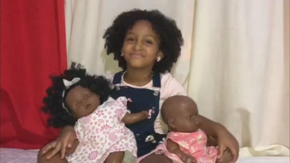 Sophia Silva, de 6 anos, com as bonecas — Foto: Arquivo pessoal