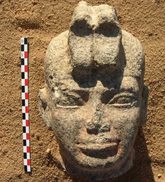 Estátua do rei Aspelta (Foto: Divulgação/ Berber-Abidiya Archaeological Project)