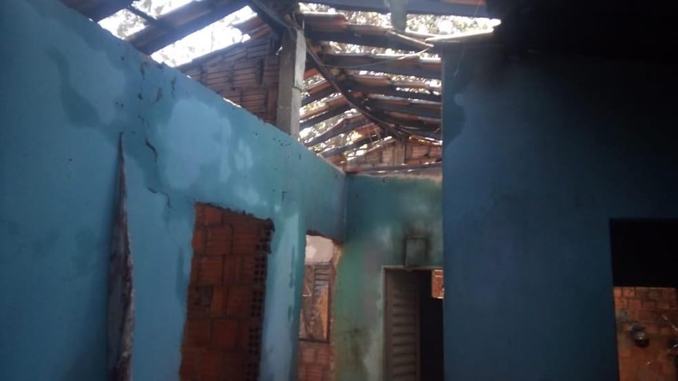 Parte do telhado da casa desabou — Foto: Defesa Civil/ Divulgação