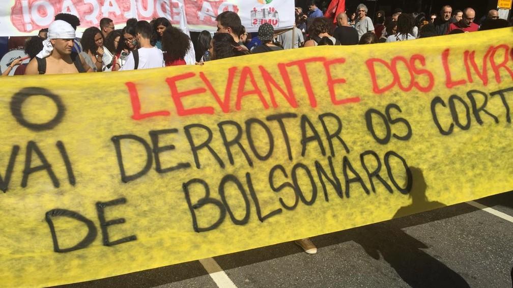 São Paulo - manifestantes carregam faixa durante protesto da Avenida Paulista contra bloqueio na educação — Foto: Gabriela Gonçalves/G1