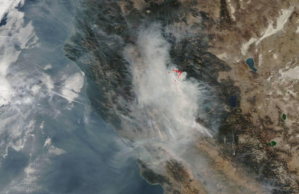 Imagem registrada por satélite da NASA mostra tamanho dos incêndios (Foto: NASA)