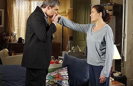 A rivalidade entre Griselda e Tereza fica ainda mais acirrada quando a vilã percebe que seu marido está interessado pela faz-tudo TV Globo