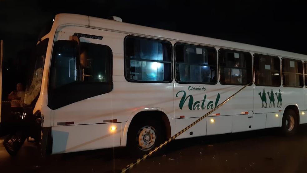 Ônibus da linha 33 estava sem passageiros na hora do acidente na Zona Oeste de Natal. — Foto: Sérgio Henrique Santos/Inter TV Cabugi