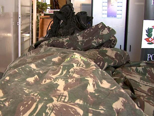 Fardas do Exército encontradas em carro roubado em São José do Rio Pardo (Foto: Reprodução/EPTV)