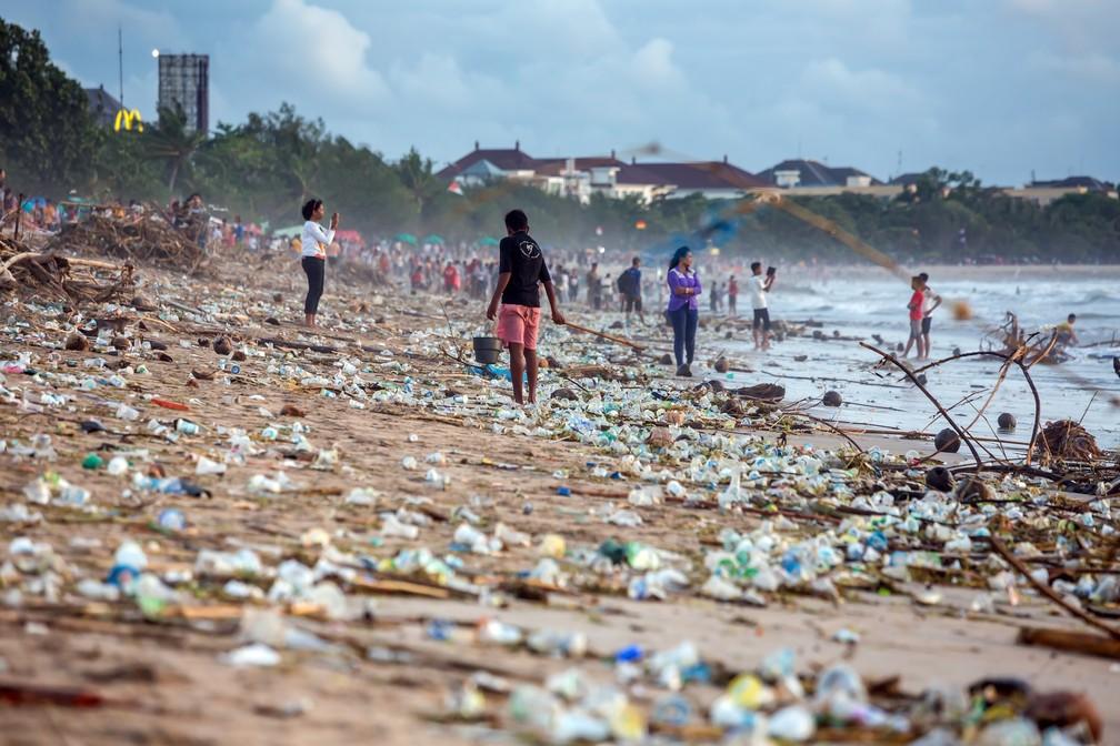 Poluição em praia de Bali, na Indonésia — Foto: Maxim Blinko v/Shutterstock.com