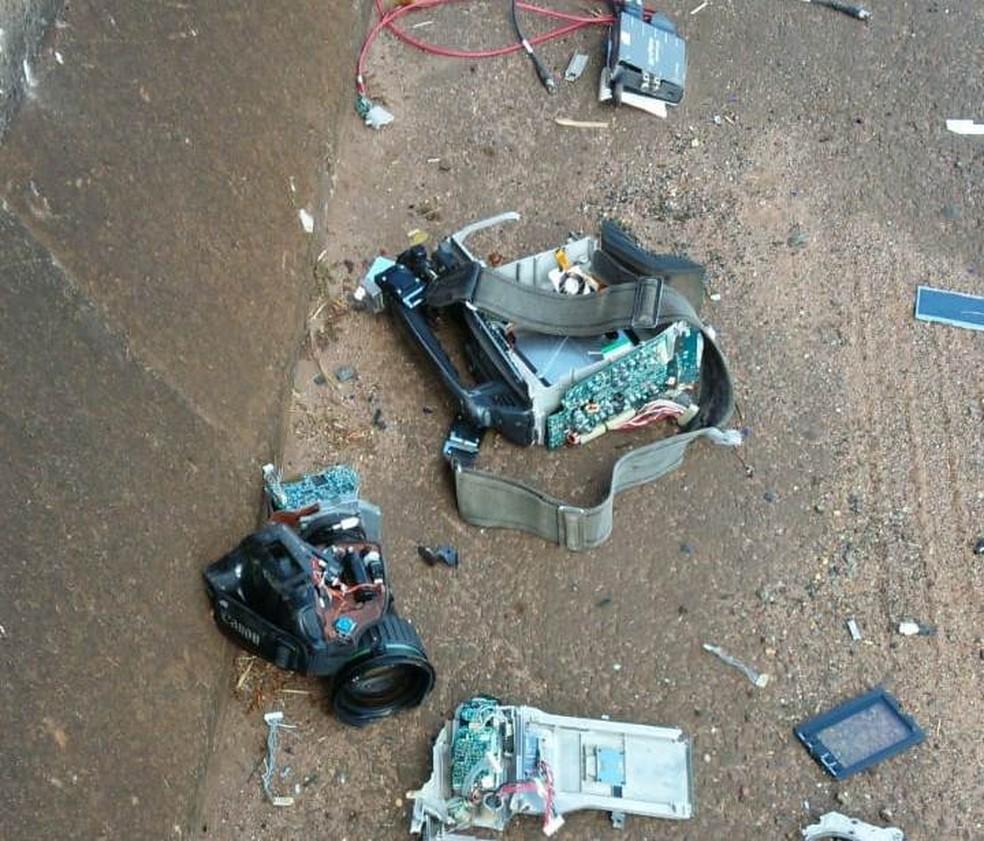 Câmera e microfone foram destruídos durante agressão em Leme (Foto: Arquivo Pessoal)