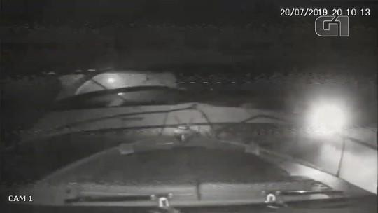 Colisão entre lanchas de luxo deixa dois feridos em SP; vídeos mostram o impacto