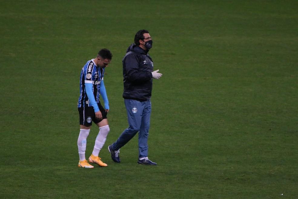 Pepê e médico Márcio Dornelles em derrota do Grêmio — Foto: Lucas Bubols