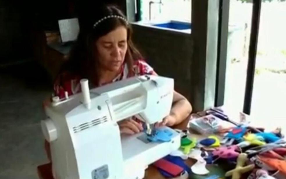 Professora transforma tarefas de casa em bonecos de pano para presentear alunos de escola pública, em Silvânia, Goiás — Foto: Reprodução/TV Anhanguera