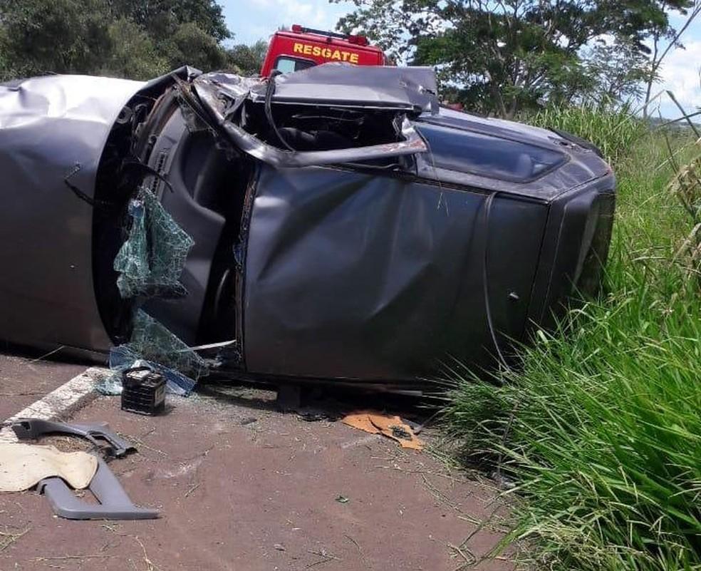 Carro capotou após o motorista perder o controle na Rodovia David Eid em Sabino  — Foto: J. Serafim / Divulgação