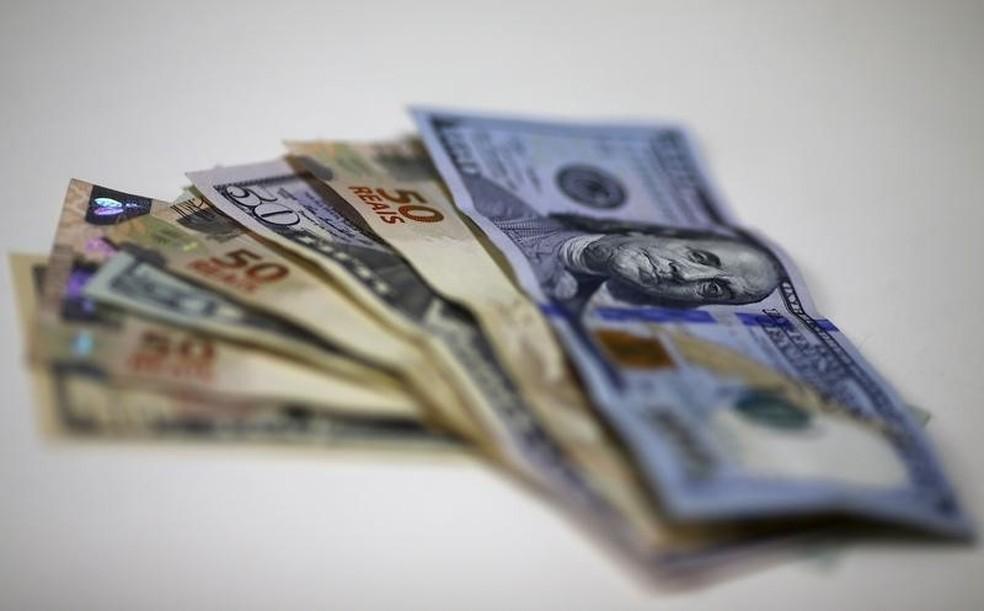 Notas de real e dólar em casa de câmbio no Rio de Janeiro — Foto: Reuters