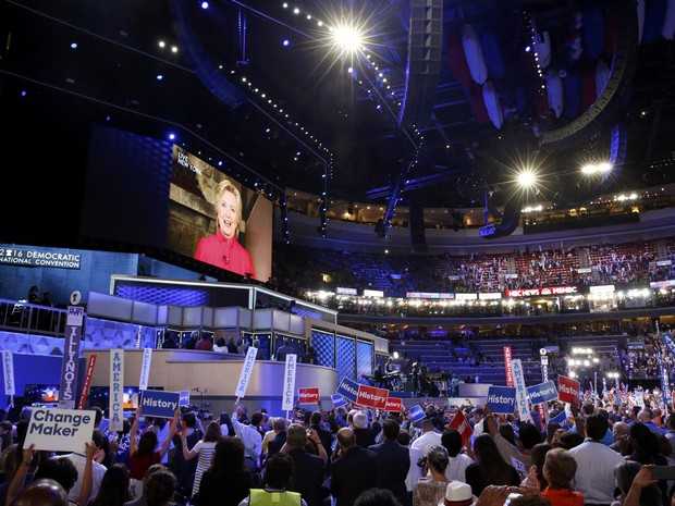 Democratic Presidential nominee Hillary Clinton speaks to the convention via satellite during the Democratic National Convention in Philadelphia, Pennsylvania, U.S. July 26, 2016. (Foto: Lucy Nicholson/Reuters)