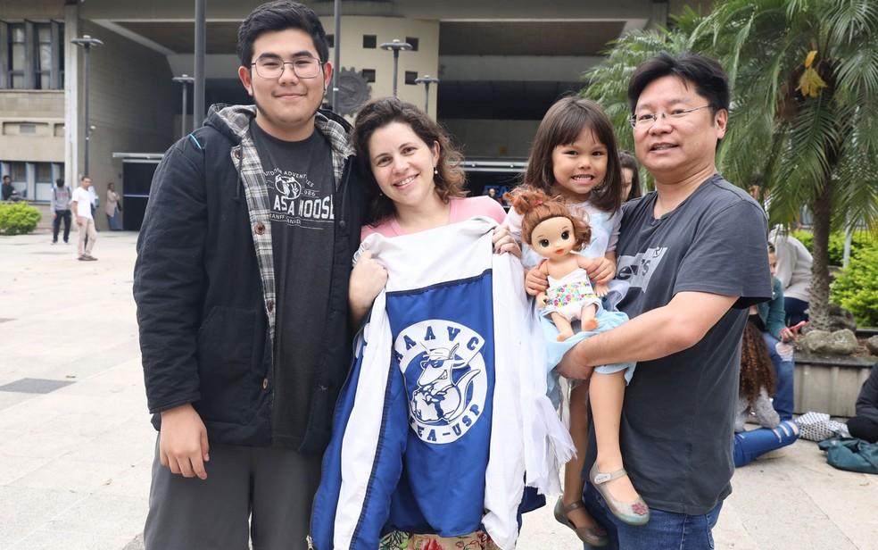Bruno Figueiredo recebeu o carinho da família após a prova — Foto: Celso Tavares/G1