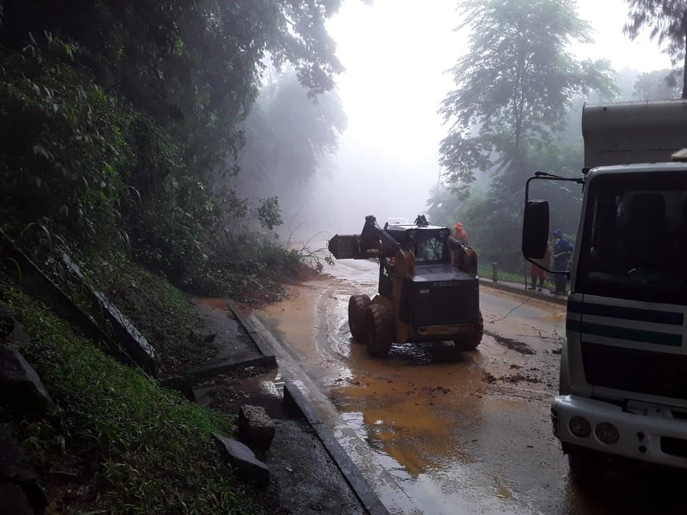 Equipes da Concer trabalham para remover barreiras que caíram na subida da Serra de Petrópolis — Foto: Divulgação/Concer
